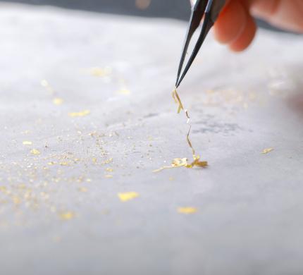 本金箔(純金)を手作業で装飾