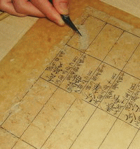 虫食いが酷い古文書を修復