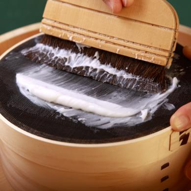 手作りの糊を漉す